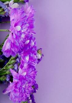 Vue de dessus du bouquet de fleurs de chrysanthème de couleur violette isolé sur fond de couleur lilas