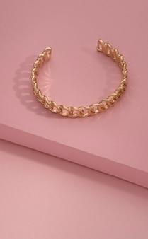 Vue de dessus du bracelet doré en forme de chaîne