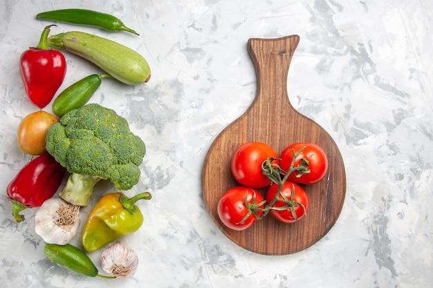 Vue de dessus du brocoli frais avec des légumes sur la couleur de la salade de régime santé table blanche
