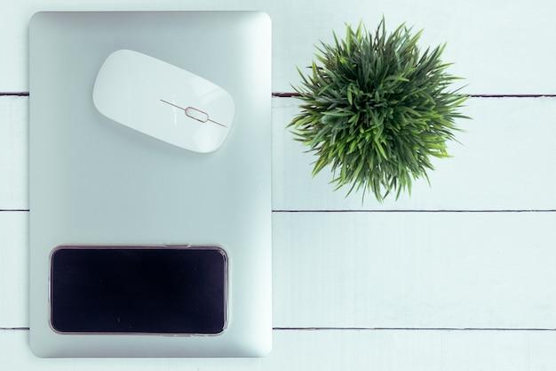 Vue de dessus du bureau blanc avec ordinateur portable, vue de dessus avec espace copie.