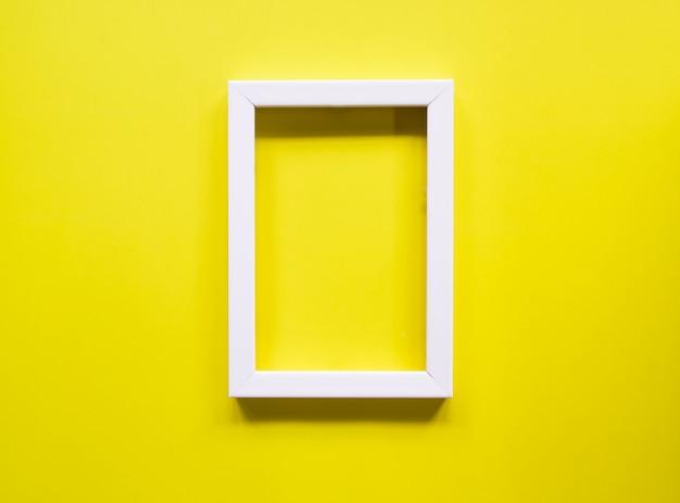 Vue de dessus du bureau et cadre photo blanc.