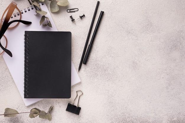 Vue de dessus du bureau avec des cahiers et un espace de copie