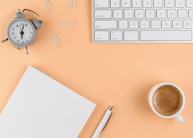 Vue de dessus du bureau avec clavier et horloge