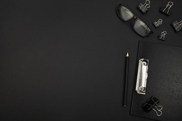 Vue de dessus du bureau concept sombre avec espace copie