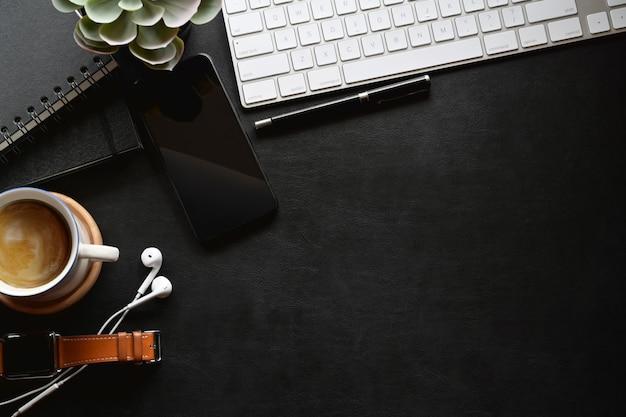 Vue de dessus du bureau en cuir noir avec ordinateur et fournitures