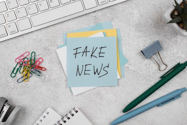 Vue de dessus du bureau du journaliste fake news