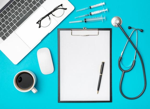 Vue de dessus du bureau du médecin avec ordinateur portable