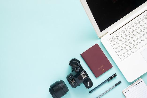 Vue de dessus du bureau de l'espace de blogueur avec ordinateur portable