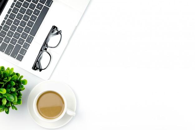 Vue de dessus du bureau avec espace de travail au bureau.