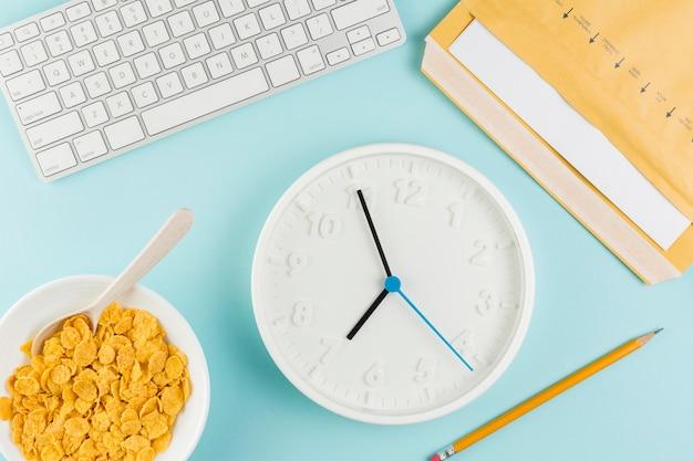 Vue de dessus du bureau avec horloge et céréales
