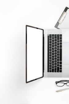 Vue de dessus du bureau de marketing numérique professionnel