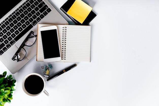 Vue de dessus du bureau moderne avec espace de travail dans le bureau avec espace copie, mise à plat.