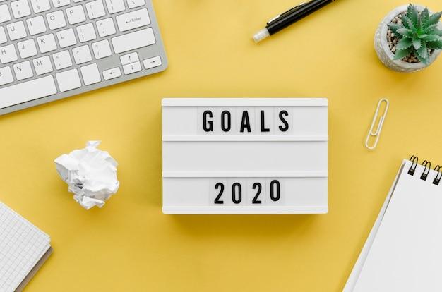 Vue de dessus du bureau avec objectifs pour la nouvelle année
