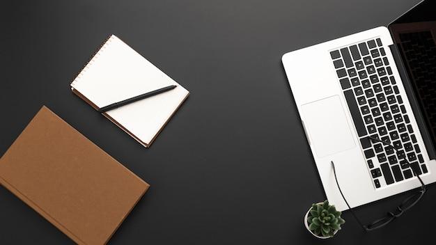 Vue de dessus du bureau avec ordinateur portable et agenda