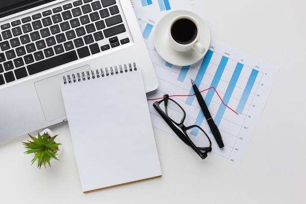 Vue de dessus du bureau avec ordinateur portable et café