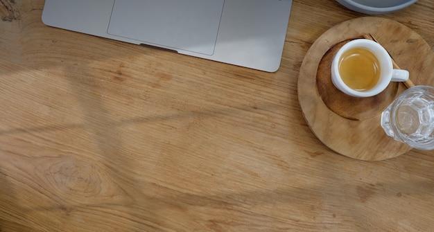 Vue de dessus du bureau avec un ordinateur portable et un fond