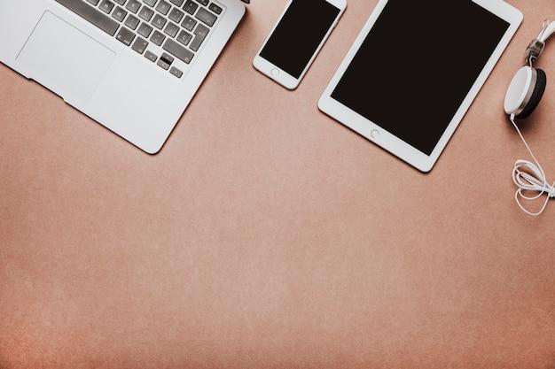 Vue de dessus du bureau avec ordinateur portable et tablette