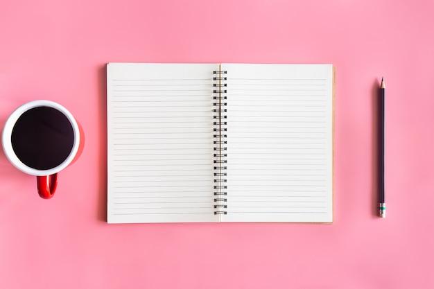 Vue de dessus du bureau rose pastel avec espace de copie pour saisir le texte.
