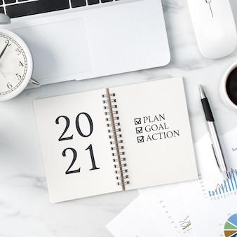 Vue de dessus du bureau de table bureau 2021 concept de travail objectif avec ordinateur portable