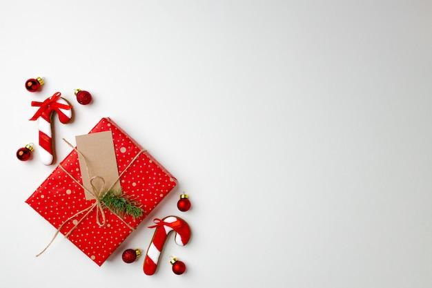 Vue de dessus du cadeau de noël décoré et des biscuits en pain d'épice
