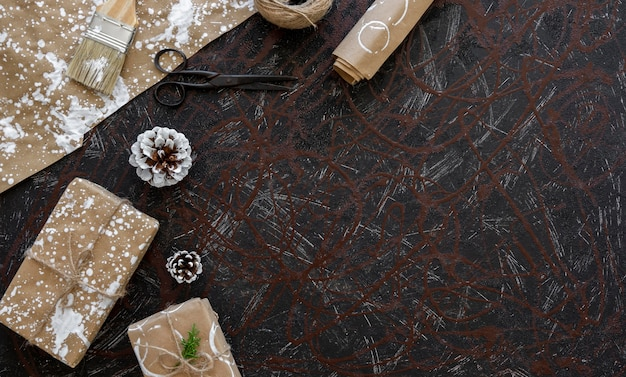 Vue de dessus du cadeau de noël avec du papier d'emballage et des ciseaux
