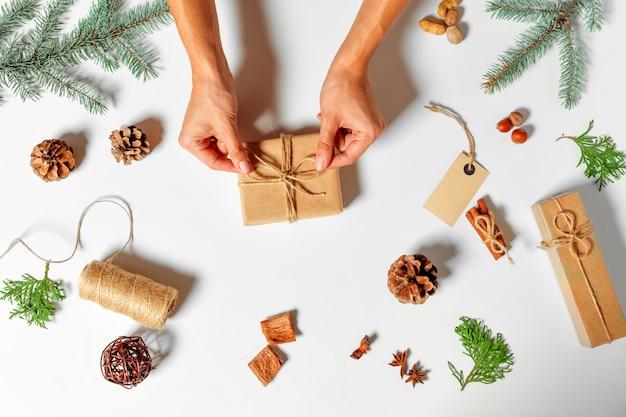 Vue de dessus du cadeau de noël enveloppé dans l'artisanat et décoré