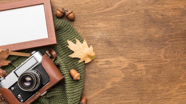 Vue de dessus du cadre avec appareil photo et feuilles d'automne