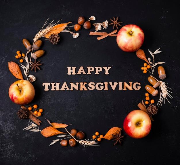 Vue de dessus du cadre d'automne avec salutation et pommes