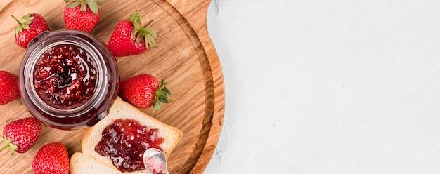 Vue de dessus du cadre de confiture de fraises