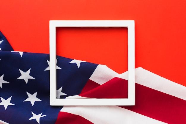 Vue de dessus du cadre avec des drapeaux américains
