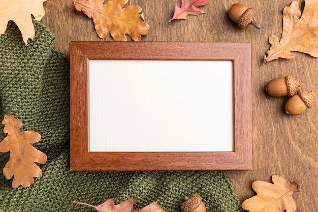 Vue de dessus du cadre avec feuillage d'automne et glands