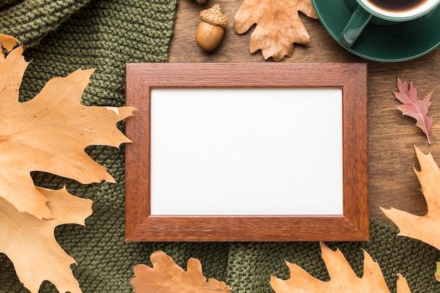 Vue de dessus du cadre avec des feuilles d'automne