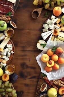 Vue de dessus du cadre jambon fruits apéritifs au fromage