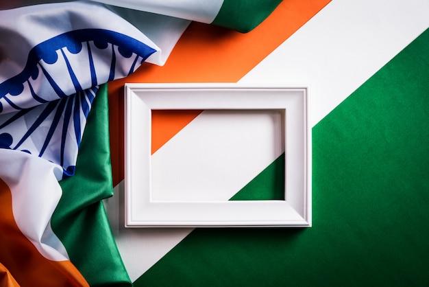 Vue de dessus du cadre photo avec le drapeau national de l'inde