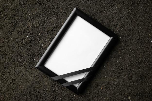 Vue de dessus du cadre photo sur le sol sombre