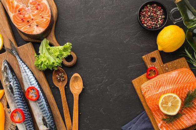 Vue de dessus du cadre de poisson alimentaire avec espace copie