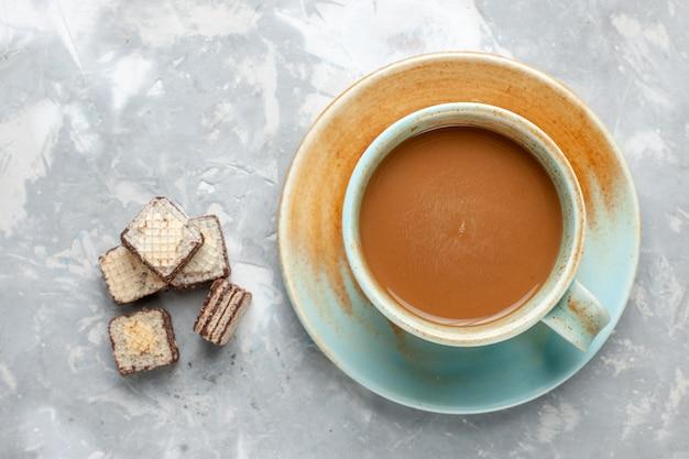 Vue de dessus du café au lait avec des gaufres au chocolat sur le fond clair biscuit au chocolat sucre sucré