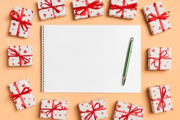 Vue de dessus du cahier entouré de coffrets cadeaux