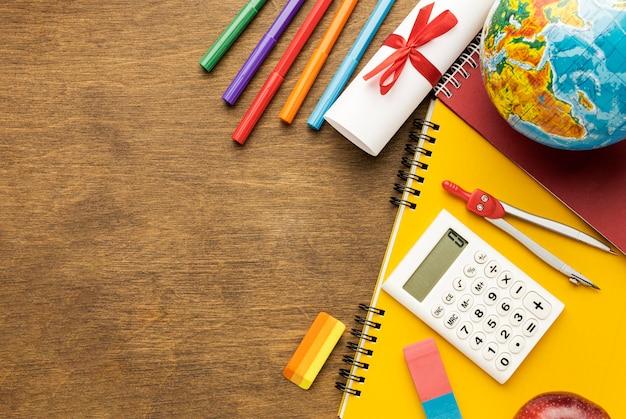 Vue de dessus du cahier avec fournitures scolaires et espace copie