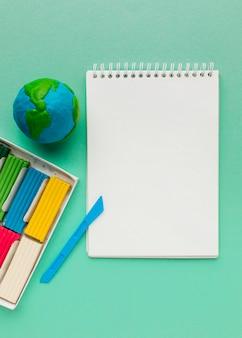 Vue de dessus du cahier avec globe