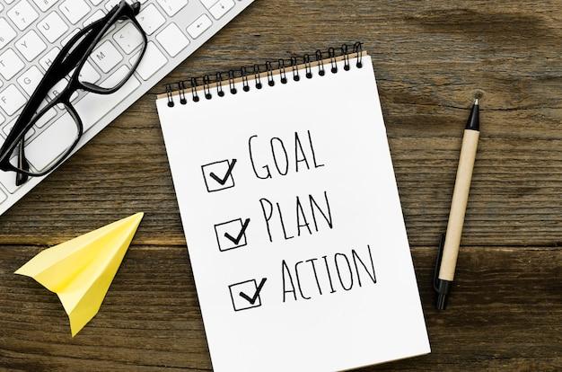 Vue de dessus du cahier avec objectif et action