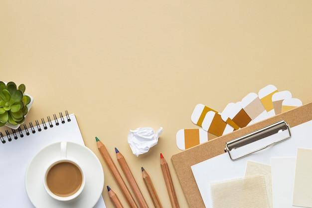 Vue de dessus du cahier pour la rénovation de la maison avec des crayons de couleur et de l'espace de copie