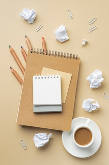 Vue de dessus du cahier pour la rénovation de la maison avec des crayons de couleur