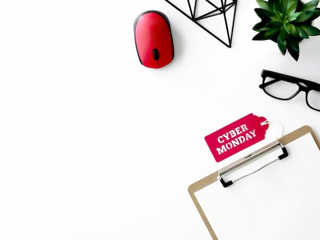 Vue de dessus du cahier et de la souris avec étiquette plante et cyber lundi