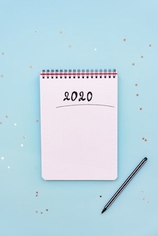 Vue de dessus du cahier vide prêt pour la planification du nouvel an 2020 ou la liste de souhaits
