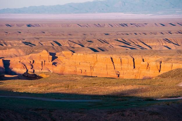 Vue de dessus du canyon de charyn - la formation géologique est composée d'une incroyable grosse pierre de sable rouge parc national de charyn. kazakhstan.