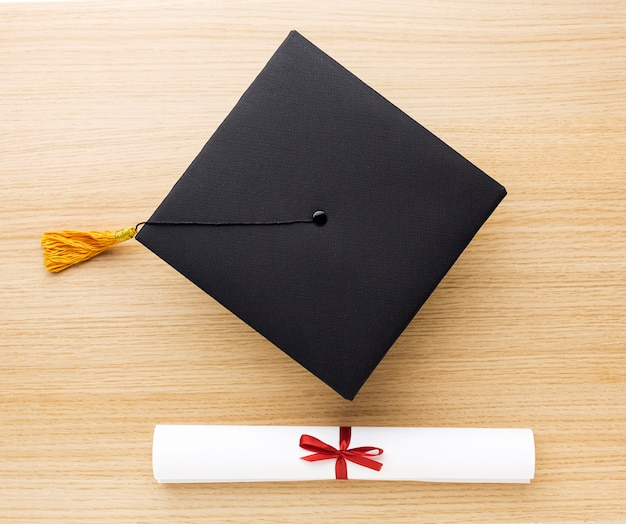 Vue de dessus du cap académique et du diplôme