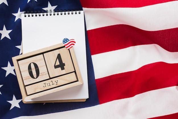 Vue de dessus du carnet et de la date au sommet du drapeau américain