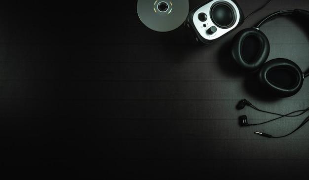 Vue de dessus du casque, du disque et d'un haut-parleur