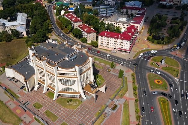 Vue de dessus du centre-ville de grodno et de l'opéra blanc, en biélorussie. le centre historique de la ville avec un toit de tuiles rouges, un château et un opéra.